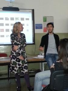 Paola Ciccioli durante un lezione in una scuola media superiore