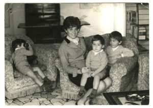Mariagrazia con i suoi figli (foto Arduino Cianciotta)