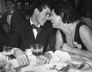 Anna Magnani con il figlio Luca, 23 ottobre 1956 (AP Photo)
