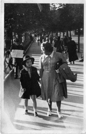 Lauretta Sinibaldi bambina con la mamma (fotoriproduzione Francesco Cianciotta)