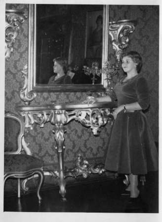 Lauretta Sinibaldi davanti ai mobili dorati del salone