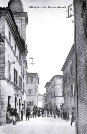 Una donna con la brocca dell'acqua in testa in corso Giannelli