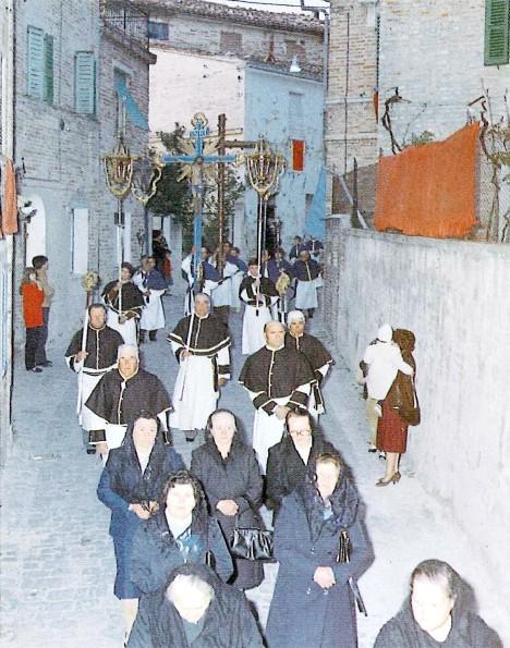 Urbisaglia: processione in via Buccolini, 28 aprile 1982
