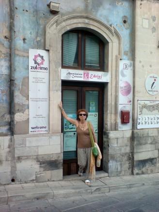 Angela Giannitrapani davanti alla sede di Zuleima a Ragusa Ibla