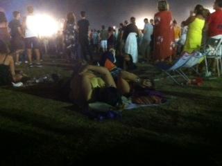 Due signore si godono la serata stese su un telo da mare