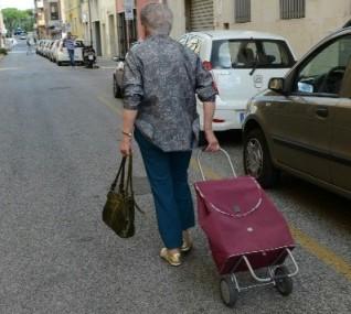 1358880708498anziana_con_carrello_della_spesa