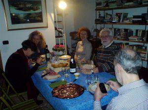 Teresa e Paola confabulano, Angela sorride, Oreste anche, Francesco interroga il cellulare, Giampiero (sedia vuota) scatta.