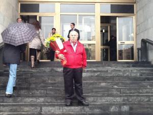 Il fiorista milanese di Largo Augusto va a consegnare i girasoli della solidarietà a Ilda Bocassini (foto di Gino Zermo)