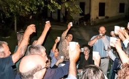 16 agosto 2013: brindisi sotto l'olmo di Lina Forconi, al centro (Foto di Fernando Palmieri)