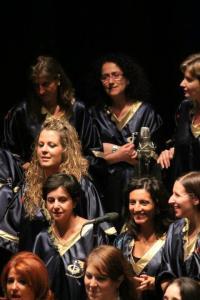 Lina, nella versione con gli occhiali, e il suo coro