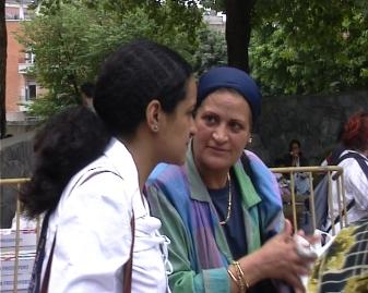 Heba con la sua mamma Nadia, durante una festa organizzata dal Comitato Inquilini di Molise-Calvairate-Ponti