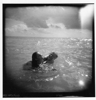 Mariagrazia al mare con Jasmine (foto di Francesco Cianciotta: figlio di Mariagrazia e padre di Jasmine)