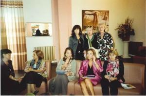 Foto di gruppo a Decollatura, 13 ottobre 2012. Lorenza  Rozzi, (in piedi) tra Paola e Diana Impennato. Sedute, da  destra: Anna Maria Cardamone, Elisabetta Tripodi, Emerita  Cretella, Maria Carmela Lanzetta in conversazione.