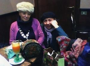 """Mariagrazia, Paola e, sul tavolo, la borsa di  fiori e perline fatta a mano dalla """"signora Vecchiottina"""""""