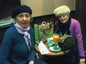 Un altro momento della consegna del prezioso regalino,  immortalato con il cellulare di Mariagrazia da tal Ciro di  Napoli, sottratto allo scopo al videopoker nel bar  Scarlatti di Milano.