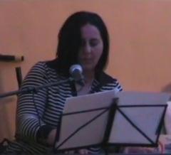 Maria Grazia alle tastiere (e voce) durante la presentazione del suo libro a Cagliari