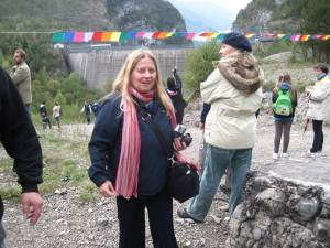 Incroci: Lucia Vastano e Paola Ciccioli insieme nei  pressi della diga del Vajont, ottobre 2013