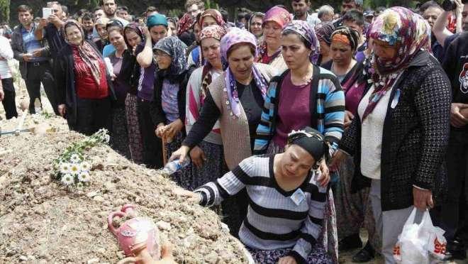 Madri, mogli e figlie piangono i minatori morti nella strage del lavoro di Soma, In Turchia