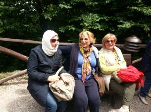 """Adele con le sue amiche durante la """"fuga"""" a Balatonfured. Qui è nella versione islamica, causa raffreddamento"""