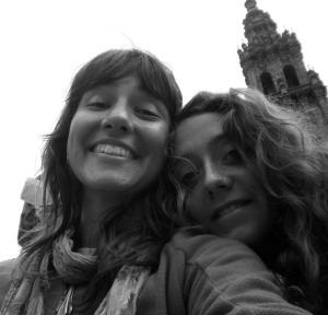 Cecilia e la sua compagna di viaggio Carolina nella piazza dell'Obradoiro, a Santiago de Compostela.