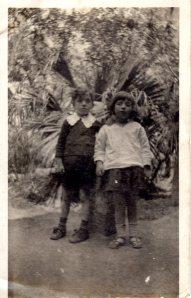 """Nella con il """"quasi gemello"""" Silvio Giannitrapani nel giardino d'infanzia di Marsala (aprile 1919)"""