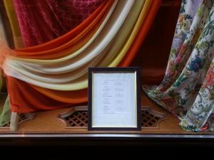 Una vetrina di tessuti a Budapest (foto di Adele Colacino)