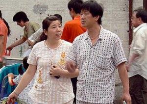 Coppia in pigiama per le strade di Shangai