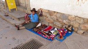 donna vende merce
