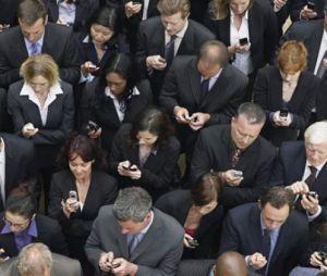 Una folla di solitudini vocianti al cellulare