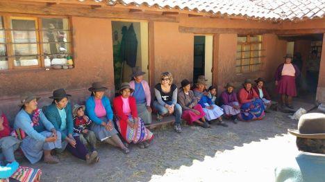 laura con le donne in peru davanti scuola2