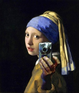 """Nel fotomontaggio, la povera """"Ragazza con l'orecchino di perla"""" di Vermeer si fa un selfie"""
