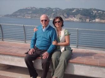 L'autrice con il padre  alla passeggiata panoramica del pontile di Bagnoli (Napoli)