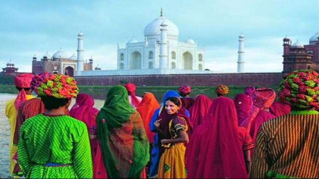 Donne indiane davanti ai Taj Mahal