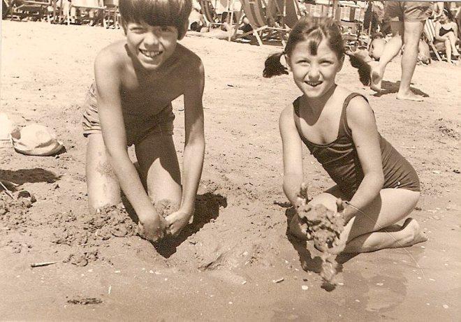 Francesca e suo fratello Andrea da piccoli sulla spiaggia di Pesaro