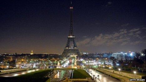"""La Tour Eiffel spenta ieri sera alle 20 in segno di lutto per la strage nella redazione del settimanale satirico """"Charlie Hebdo"""" e per lo sconvolgente attacco alla libertà di espressione. Dei francesi e dell'intera umanità (immagine da http://www.bbc.com/)"""
