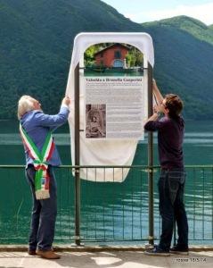 Il sindaco della Valsolda e il nipote Marco Gasperini scoprono la targa dedicata a Brunella (foto da httpbrugas.blogspot.it)