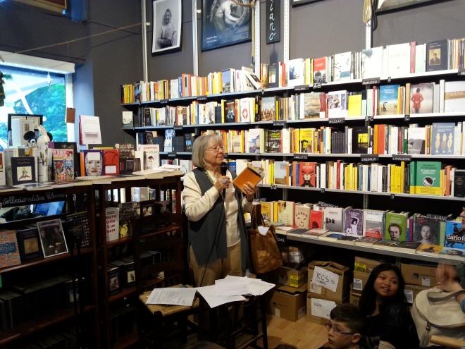 Vivian Lamarque durante la lettura nella Libreria del Mondo Offeso a sostegno di Emergency
