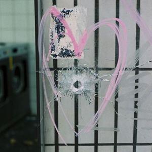 """«Les photographes de """"M"""" sont dans les rues de la capitale et racontent le Paris d'après les attaques. Leur travail est diffusé en direct sur Instagram : @m_magazine». www.lemonde.fr"""