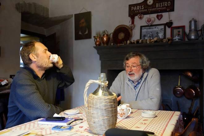 «Ma se io avessi previsto tutto questo»: Andrea Di Quarto sorseggia il caffè in casa di Francesco Guccini (foto da Facebook)