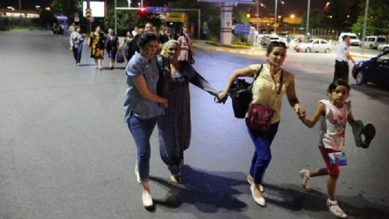 donne-si-tengono-per-mano-mentre-fuggono-dallaeroporto-ataturk