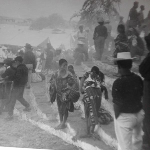 """Chichicastenango in una foto del 1965 postata su Facebook dalla nostra Mariagrazia Sinibaldi. Il nome di questa località del Guatemala deriva da """"Tenango"""", che vuol dire """"Il luogo, e """"chichicas"""", ortiche. Qui in bianco e nero e avvolta non nella nebbia ma nel fumo dell'incenso, è in realtà un tripudio di colori"""